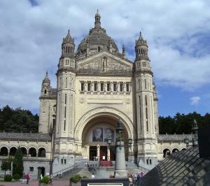 Vorderansicht des Hauptgebäudes der Basilika Sainte-Thérèse de Lisieux, eigenes Foto, Lizenz: public domain/gemeinfrei
